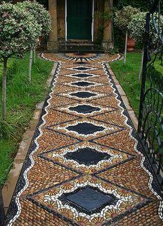 Garden Pathway Pebble Mosaic Ideas For Your Home Surroundings(Diy Garden Pathways) Mosaic Walkway, Pebble Mosaic, Mosaic Garden, Diy Garden, Dream Garden, Garden Paths, Garden Projects, Garden Art, Rock Mosaic