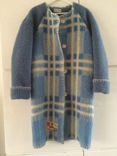 Handmade coat blanket coat jacket dekenjas, made of a vintage blanket, size M door MORETHANVINTAGENL op Etsy Fashion Sewing, Diy Fashion, Sewing Clothes, Diy Clothes, Blanket Jacket, Wool Blanket, Vintage Blanket, Vintage Wool, Textiles