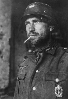 A German soldier at the Battle of Stalingrad. You can see the war weariness in his face. Over 2 million people died fighting over this city alone. Worst battle in human history, no strategy, just bloodshed. German Soldiers Ww2, German Army, American Soldiers, World History, World War Ii, History Online, Battle Of Stalingrad, Rare Historical Photos, Germany Ww2