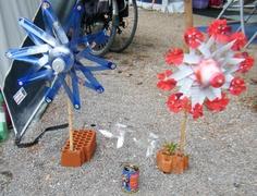 2 grote en 2 kleine windmolens allemaal gemaakt van plastic flessen crea's van Marjo viva la vida