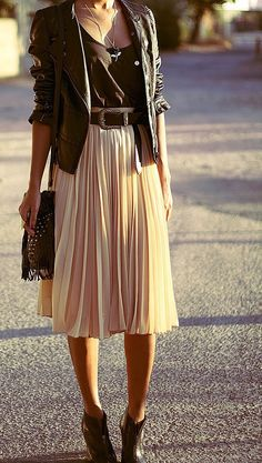 to wear Midi Skirt I adore everything about this outfit! a midi skirt and a leather jacket. I adore everything about this outfit! a midi skirt and a leather jacket. Big Fashion, Look Fashion, Womens Fashion, Fashion Trends, Fashion Edgy, Fashion Black, Street Fashion, Autumn Fashion, Fashion Moda
