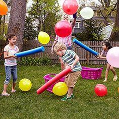 Zo snel mogelijk de ballonnen met de 'zwemstaaf' in de mand proberen te krijgen; kinderen hebben al snel door dat ze hiervoor moeten samenwerken...