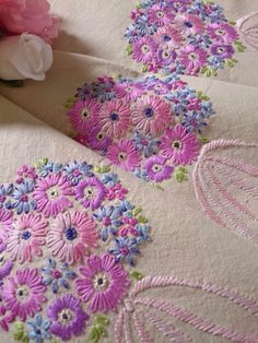 """BEAUTIFUL VINTAGE """"DAISY POSIES"""" HAND EMBROIDERED TABLECLOTH ~ PINKS AND PASTEL in Antiques, Fabric/Textiles, Linens   eBay"""