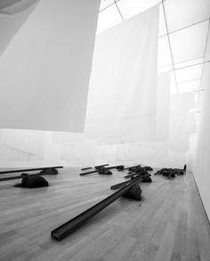 Jannis Kounellis Ohne Titel 2006 Installation Kunstmuseum Liechtenstein, Vaduz Stahlseile Leinen Stahlträger Jute Kohle