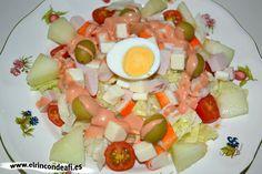 Ensalada de queso de cabra, pechuga de pavo y palitos de cangrejo con salsa rosa.
