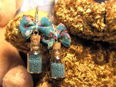 """Paire de boucles d'oreilles """"Potion magique"""" aux tons turquoise avec petits nœuds en tissu"""