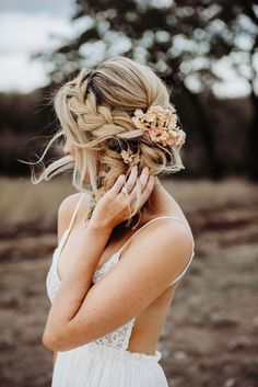 Modern Boho Bridal Inspiration at Mae's Ridge We're swooning over this modern boho bridal portrait inspo at Mae's Ridge, a sleek industrial venue in the heart of the Texas hill country! Boho Hairstyles For Long Hair, Braided Hairstyles For Wedding, Bride Hairstyles, Down Hairstyles, Braided Updo, Updo Hairstyle, Flower Hairstyles, Short Hair, Boho Bridal Hair