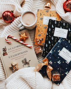 Cute pose ideas for Christmas pictures ⋆ Lu Amaral Studio Christmas Mood, Merry Christmas, Xmas, Momento Cafe, Tableaux D'inspiration, Coffee And Books, Men Coffee, Coffee Shop, Christmas Aesthetic