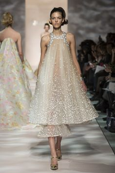 Find tips and tricks, amazing ideas for Georges chakra. Discover and try out new things about Georges chakra site Georges Chakra, Spring Couture, Haute Couture Fashion, Couture 2015, Couture Week, Glamour, Live Fashion, Fashion Show, Fashion News