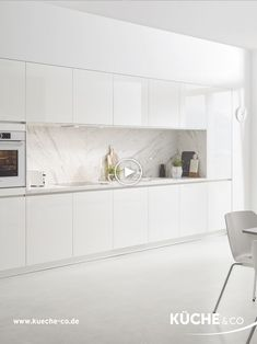 Pure marble white- Pure Marmor Weiß Fresh and generous is this integrated into… Pure marble white- Pure Marmor Weiß Fresh and generous is this integrated into the wall kitchenette with its symmetrical front. The high-gloss finish delicately reflects the Modern Kitchen Design, Room Interior, Interior Design Living Room, White Marble Kitchen, White Kitchen Cabinets, White Kitchen Interior, Kitchen Units, Kitchen Decor, Home Decor