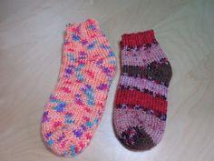 Knitted slippers for beginners, free knitting video for unisex slippers for men or women. Knitting Patterns Boys, Crochet Patterns For Beginners, Knitting Socks, Free Knitting, Knit Socks, Knitted Slippers, Knitted Hats, Crochet Baby, Knit Crochet