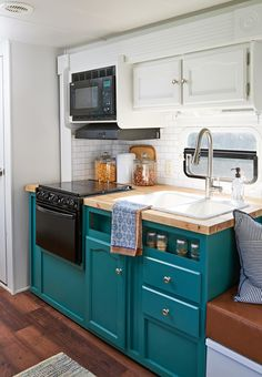 Fantastic Rv Camper Kitchen Renovations Ideas For Early Enjoyable Camping Preparation 41 Home Design, Design Ideas, Tiny House Design, Design Styles, Design Inspiration, Teal Cabinets, Teal Kitchen Cupboards, Vintage Kitchen Cabinets, Kitchen Shelves