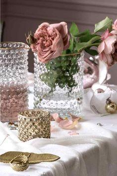 Vase en verre: Vase en verre à la surface texturée avec bord doré en haut. Diamètre en haut 12,5 cm, hauteur 16,5 cm.