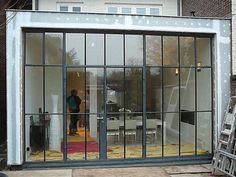 Stoeltjesprofiel via different windows Architecture Plan, Architecture Details, Steel Doors And Windows, Glass Extension, Garden Doors, Iron Doors, House Extensions, Industrial House, Art Deco Design