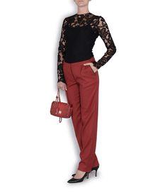 Top de encaje negro de Jorge Vázquez, pantalón de pinzas granate de Blossan, stilettos negros de Mariló Domínguez y bolso de Amber D'luxe