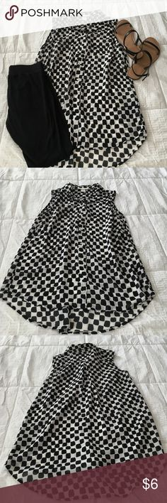 ☀️H&M Sleeveless Button Blouse☀️ H&M sleeveless Chiffon button blouse in black and white geometric design. It's slightly sheer. Wear over leggings for a cute casual look or tucked into a skirt for work! H&M Tops Blouses