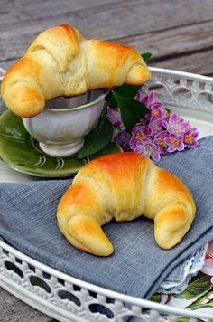 Habkönnyű kiflicskék, imádnivalóak... Bread Recipes, Cake Recipes, Hungarian Recipes, Baked Goods, Food To Make, Bakery, Food Porn, Croissant, Food And Drink
