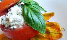 I pomodori ripieni di tonno alla Garibaldi sono un piatto leggero e facilissimo da realizzare. Si tratta inoltre di una ricetta perfetta per l'estate: non dovrete nemmeno accendere un fornello per creare questi deliziosi pomodori.