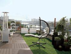 Sur un toit terrasse au coeur de la ville, un coin de nature avec une déco de terrasse design aménagée très facilement autour d'un gazon synthétique et de caillebotis en teck.
