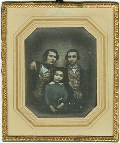 Daguerrotypi från 1848 föreställande Simon, Alfred och Eugen Bensow. Simon Bensow, 1828-1918, var en av tandläkarkonstens pionjärer. Han var en av grundarna till Svenska tandläkarföreningen och från 1867 hovtandläkare. Bilden är hämtad från Bensowska familjehandlingarna vilka förvaras av Riksarkivet, Marieberg.