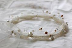 Einfach zauberhaft! Dieses wunderschöne Kommunionkränzchen ist ein handgearbeitetes Einzelstück - mit zarten Blüten, Bändern, Perlen usw. auf silber- oder goldfarbenem Draht. Die Größe ist verstellbar! Gold, Accessories, Communion Dresses, Wire, Kids Wear, Linen Fabric, Silver, Handarbeit, Simple