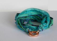 Wickelarmband aus Seidenbändern in Grüntönen von glänzend anders auf DaWanda.com