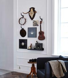 Deine Zimmerwände sind noch ein wenig nackt? In diesem Arrangement sind ganz unterschiedliche Objekte versammelt, die die Persönlichkeit und Interessen des Besitzers widerspiegeln. Hier sind das z. B. Musikinstrumente und Schallplatten u. a. an HEMNES Haken in Anthrazit.