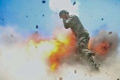 A mortar tube accidentally explodes 2 July 2013 during an Afghan National Army (ANA) live-fire training exercise in Laghman Province, Afghanistan. The accident killed U.S. Army Spc. Hilda I. Clayton and four ANA soldiers. (This photo was taken by Spc. Clayton.): Soldatin fotografiert den Moment, in dem sie stirbt