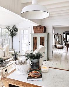 Modern home interiors and design ideas from the best in condos, penthouses and architecture. Plus the finest in home decor and products. Living Room Decor, Living Spaces, White Cottage, Home And Deco, My Dream Home, Farmhouse Decor, Sweet Home, New Homes, House Design
