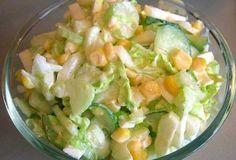 POPIS RECEPTU: 1 konzerva kukurice 2 čerstvé uhorky 300 gkapusty hlávkový šalát, stonky zeleru trochu soli (podľa chuti) biely jogurt Postup: Kapustu jemne nasekáme, vmiešame do šalátovej misy s kukuricou. Zeler a uhorky nakrájame na kocky, šalát natrháme na malé kúsky. Všetky ingrediencie zmiešame šalát, soľ a pridáme biely jogurt.