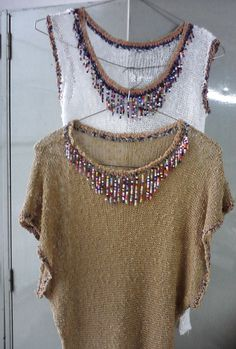 prenda tejida con terminaciones en crochet y aplicaciones de mostacillas.