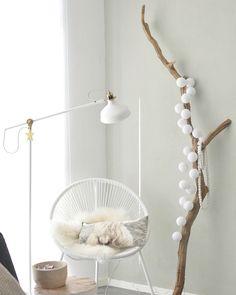 Hoekje uit ons interieur: Ikea lamp, Karwei tuinstoel, tak uit het vroegere 'land van ooit', cotton ball lights, woonketting, schapenvacht, buffel kussen van h&m home, diy boomstamtafel en een kiezelgroene muur. Instagram @mmmmmmanon