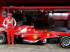 Formel 1-Pilot Fernando Alonso posiert vor der Box auf der Rennstrecke von Montmelo neben seinem neuen Ferrari.    Der Spanier spulte mit dem F138 ein ansehnliches Testprogramm auf dem Kurs bei Barcelona ab. (Foto: Alberto Estevez/dpa)