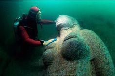 Un altra grande statua della sommersa Heraclion (Egitto) alla foce del Nilo