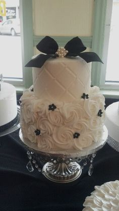 This is basically what I've designed! Yellow quilted fondant on top, with black and white buttercream roses on the bottom.
