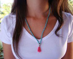 ini japamla com contas de pedra na cor turquesa com detalhes no meio do colar em prata, pingente com strass e mini tassel na cor rosa. Cordão elastico podendo ser usado com pulseira ou colar.