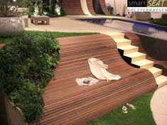 Sitzgelegenheit am Hang, Terrasse mit Hang, Bank auf Holz, Sitzmöglichkeit im G - #sitzgelegenheit #sitzmoglichkeit #Terrasse
