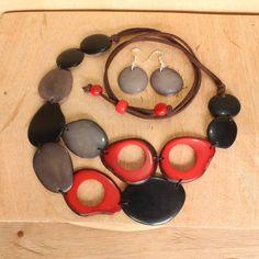 He encontrado este interesante anuncio de Etsy en https://www.etsy.com/es/listing/218681830/red-and-grey-necklace-set-made-with-eco