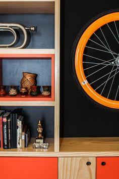 Apartamento pequeno colorido tem espaço até para bike