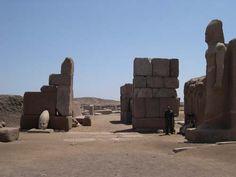 État actuel du grand portail de Sheshonq III qui ouvre sur le grand temple d'Amon de Tanis.