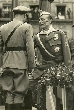 """Spanish Civil War: Farewell to Franco's Portuguese """"Viriatos"""" volunteers - Millan Astray gives medal to Portuguese officer - june 1939 - Plaza Mayor, Salamanca, Spain Spanish War, Military History, Historical Photos, Portuguese, World War, Presidents, Culture, Civil Wars, Pictures"""