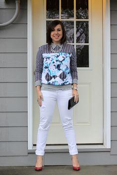 Mix de estampas: camisa listrada + moletom + calça branca