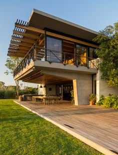 of Palermo Lake House / Reims Arquitectura - 2 Image 2 of 19 from gallery of Palermo Lake House / Reims Arquitectura. Photograph by Ricardo JanetImage 2 of 19 from gallery of Palermo Lake House / Reims Arquitectura. Photograph by Ricardo Janet Roof Design, Exterior Design, Residential Architecture, Modern Architecture, Modern Deck, Dream House Exterior, Modern House Design, Tropical House Design, Home Fashion