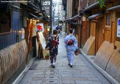 Japanese women in kimono at the famous cobbled-street Shinabashidori (新橋通) in Gion District in Kyoto, Japan.