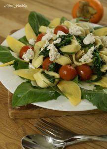 Gedämpfte Tortellini mit Spinat, Ziegenkäse und Tomaten auf einem Löwenzahn-Kaki-Bett <3