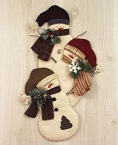 Countryside Crafts Felt Pattern - Snowman Trio Wall Hanging: hmmmm, if only I knew someone who was crafty and liked to felt. Felt Snowman, Snowman Crafts, Christmas Projects, Felt Crafts, Holiday Crafts, Snowmen, Felt Christmas Ornaments, Primitive Christmas, Christmas Snowman