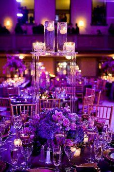Centro de mesa con flores moradas.