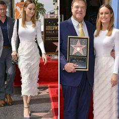 A Brie Larson esteve muito elegante, de branco #cushnieetochs, acompanhado John Goodman em sua celebração por receber uma estrela na calçada da fama, em Hollywood.⭐ #glamourous #brielarson #fashionstyle #inspiration #walkoffame #hollywood