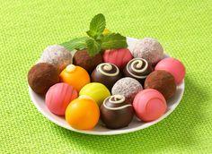 Receita de Trufas Coloridas. Atrativas e deliciosas, as trufas coloridas devem fazer parte de eventos especiais.