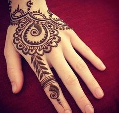 Mehndi design is extremely very famous for every occasion. Everyone can find best mehndi design for any festival. Simple and Easy Mehndi Designs Images. Henna Tattoo Designs, Henna Tattoos, Simple Henna Tattoo, Henna Ink, Mehndi Simple, Mehandi Designs, Mehndi Tattoo, Tattoo Ideas, Paisley Tattoos